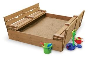 еще более интересный вариант песочницы с крышкой и сидениями