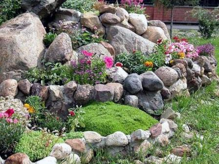 Клумбы с камнями для дачи