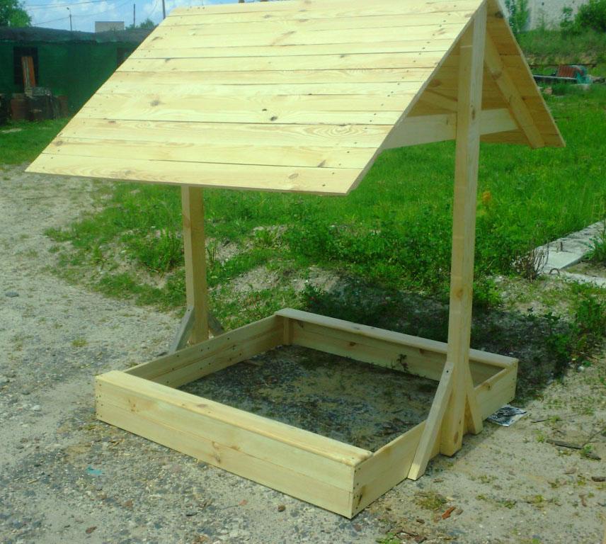 очень целесообразно соорудить над детской песочницей крышу, чтобы защитить малышей от лучей солнца