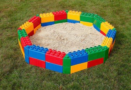оригинальная и практичная песочница из кубиков лего