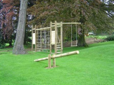 применение качественного бревна для обустройства детской спортивной площадки на даче