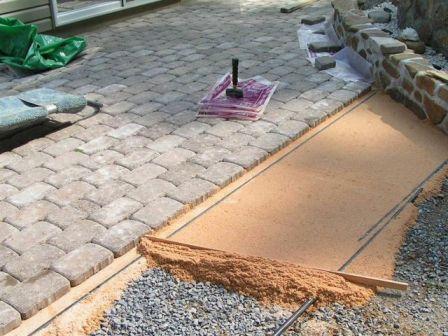 воспользуйтесь инструкцией и рекомендациями специалистов, чтобы произвести укладку тротуарной плитки быстро и качественно